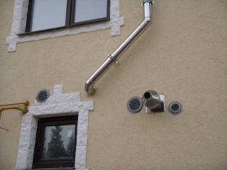 Решетки снаружи дома для вентиляции.